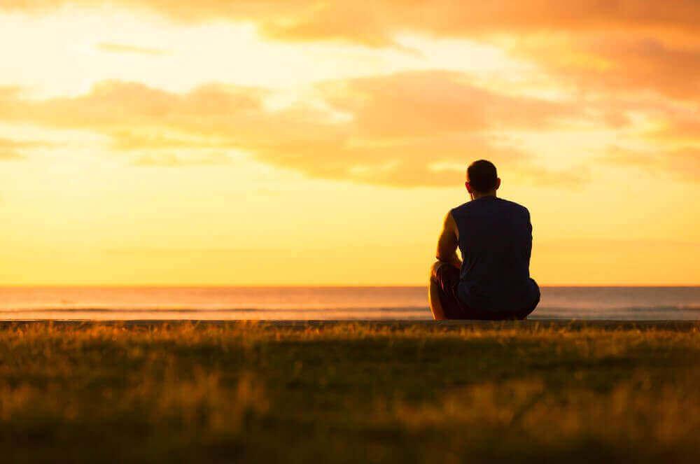 Hombre sentado mirando al horizonte