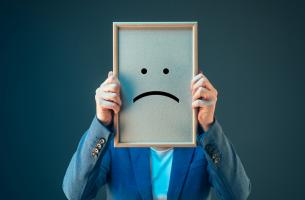 Hombre triste con personalidad pesimista