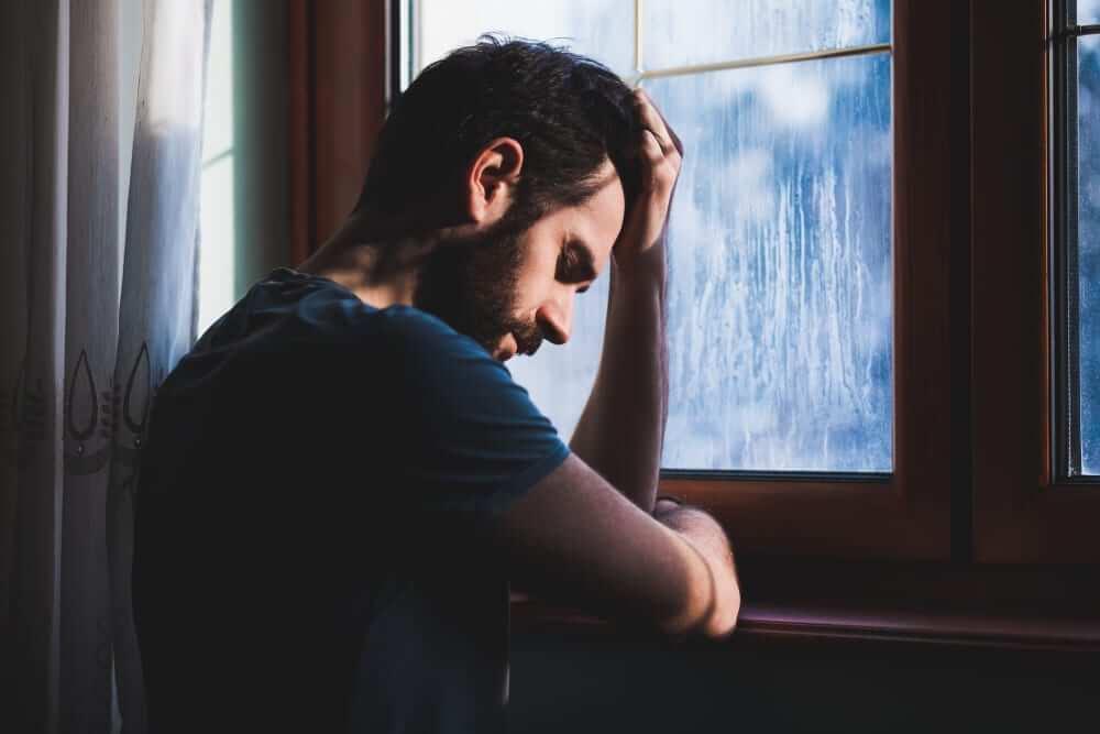 Juzgar a los demás: un hábito común en personas frustradas