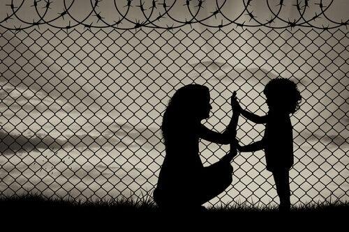Madre e hija juntando las manos en un campo de refugiados