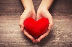 Manos ofreciendoun corazón simbolizando ser bueno
