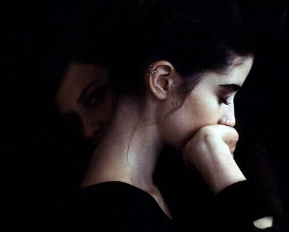 Mujer con mano en la boca simbolizando la relación entre los trastornos de ansiedad y alta inteligencia