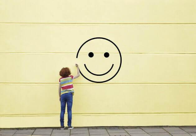 Mujer dibujando una cara feliz