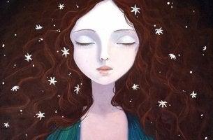 mujer disfrutando de su soledad