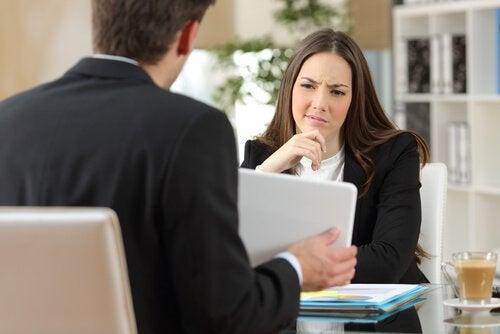 Trabajadora sufriendo agresiones verbales de su jefe