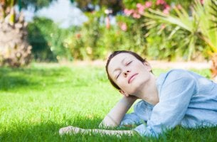 Mujer pensando con alegría