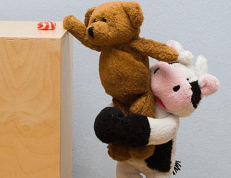 Muñecos ayudándose simbolizando ser bueno