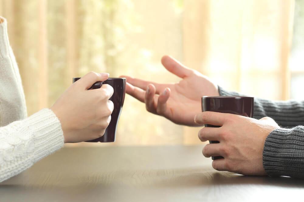 Pareja discutiendo saludablemente evidenciando cómo se soluciona la causa de las discusiones y peleas