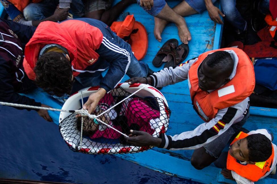 Personas de Acnur ayudando a refugiados