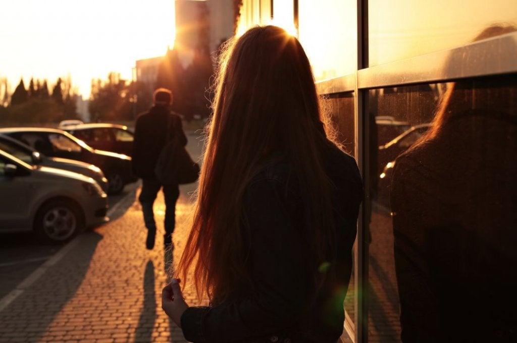 Mujer pensando en sus relaciones