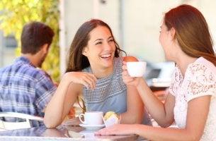Amigas hablando mientras toman café