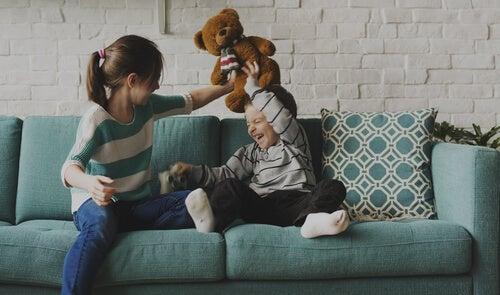 Hermanos mayores: entre las risas y el ejemplo
