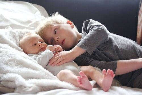Hermano mayor con hermano pequeño