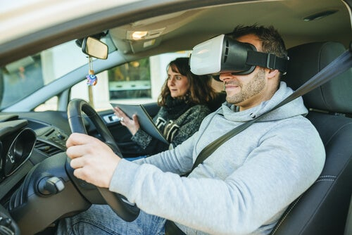 Hombre con gafas de realidad virtual conduciendo