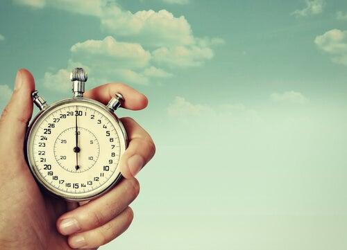 Mano con reloj midiendo el tiempo
