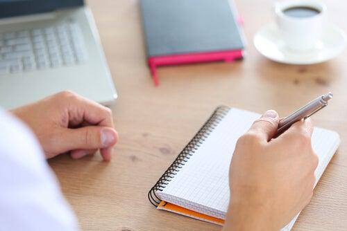 Hombre escribiendo tareas para planificar el tiempo