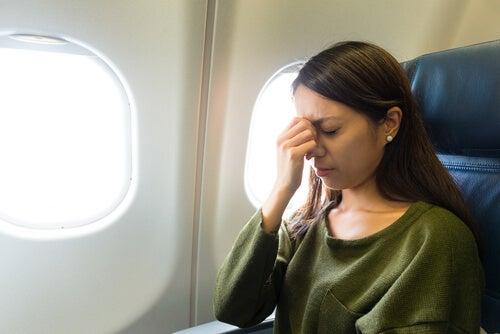Mujer con miedo a volar