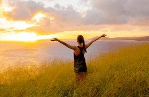 Mujer con pasión observando el paisaje