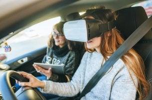 Mujer conduciendo con gafas de realidad virtual