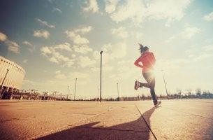 Mujer corriendo con motivación