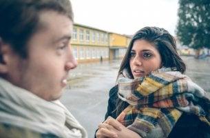 Mujer hablando con chico bajo el efecto franklin