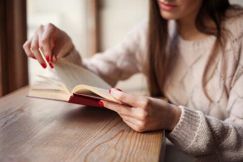 Mujer leyendo libros para aliviar el desamor