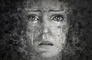 Mujer llorando preocupada
