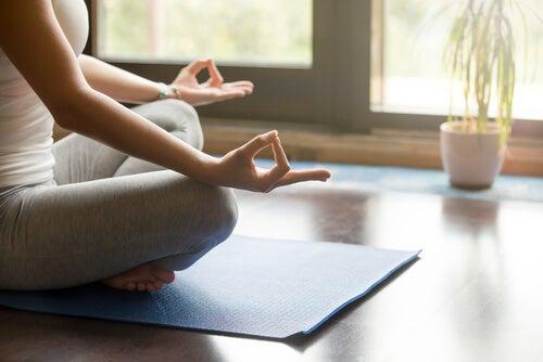 Mujer meditando en su habitación