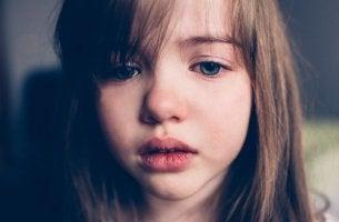 Niña con lágrimas por castigo físico