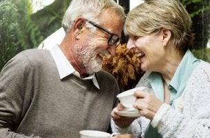 Pareja representando el bienestar de las personas mayores