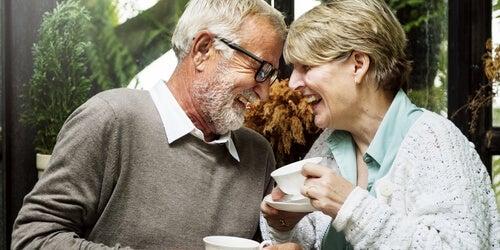 ¿Qué influye en el bienestar de las personas mayores?