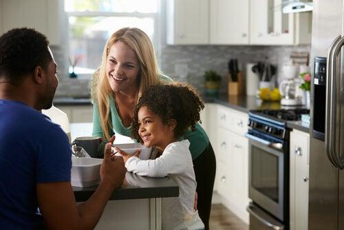 Pareja en la cocina con su hija