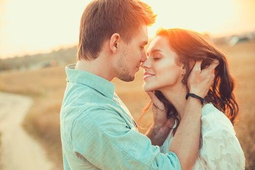 Pareja enamorada dándose un beso