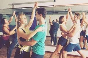 Pareja bailando en un gimnasio