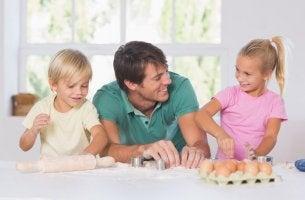 PAdre hablando con sus hijos en lenguaje positivo