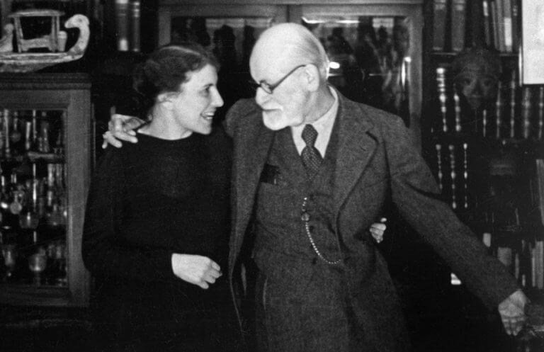 Anna Freud abrazada a su padre Sigmund Freud
