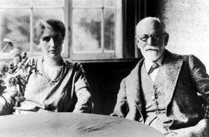 Anna Freud con su padre Sigmund Freud