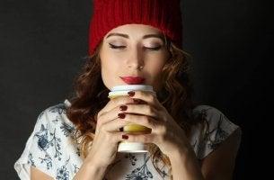 Chica oliendo un café