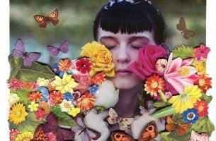chica con flores que no deja de buscar