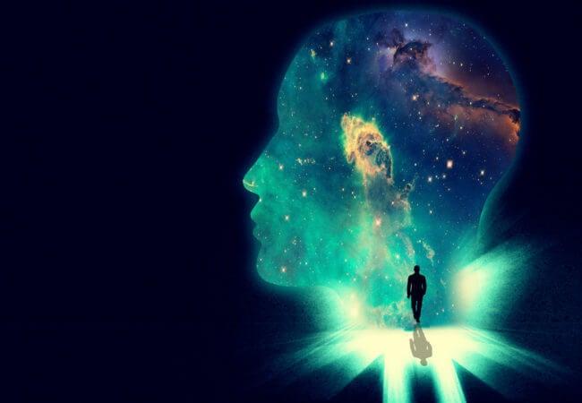rostro con luces y persona en el centro que representa el arte de estudiar psicología
