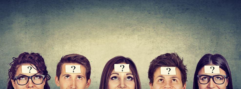 Grupo de jóvenes con dudas sobre su identidad social