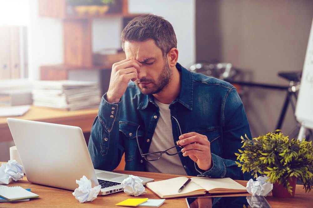 Exceso de trabajo representando el efectos del estrés sobre tu cuerpo