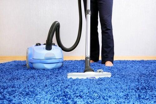 Hombre haciendo limpieza doméstica