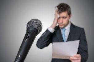 Hombre sudando con miedo a hablar en público