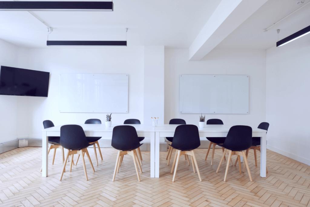 Mesa de exposición con sillas alrededor