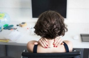 El estrés engorda, mujer agobiada