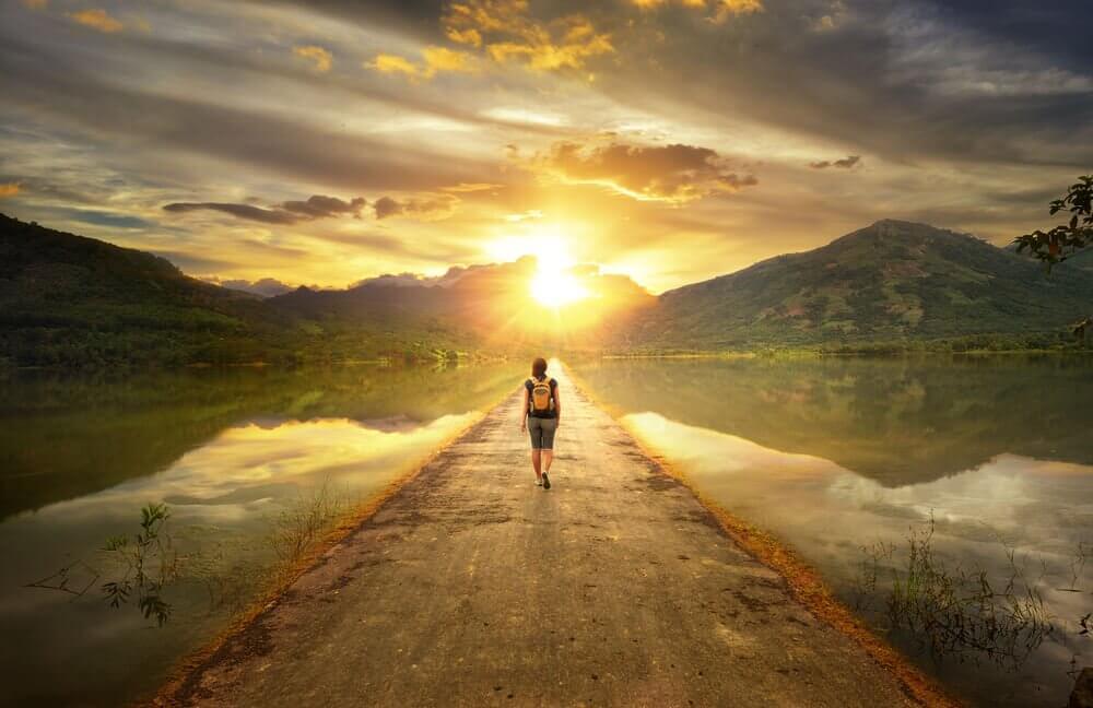 Mujer caminando hacia el horizonte