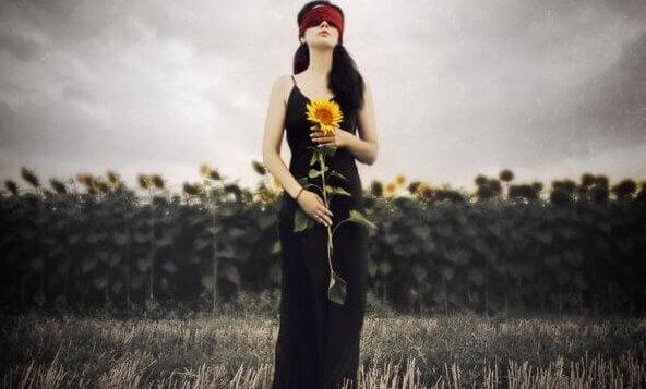 Mujer en un campo de girasoles