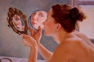 Mujer mirándose en un espejo entre narcisismo y empatía