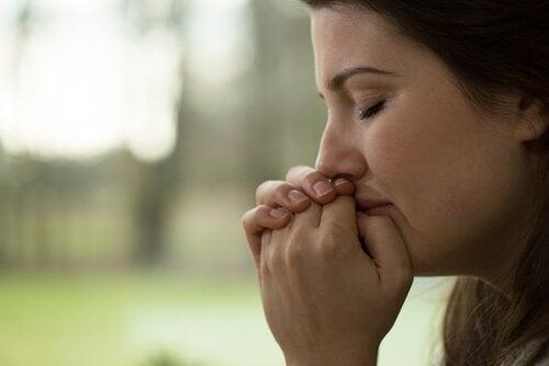 Mujer llorando por la herida primal